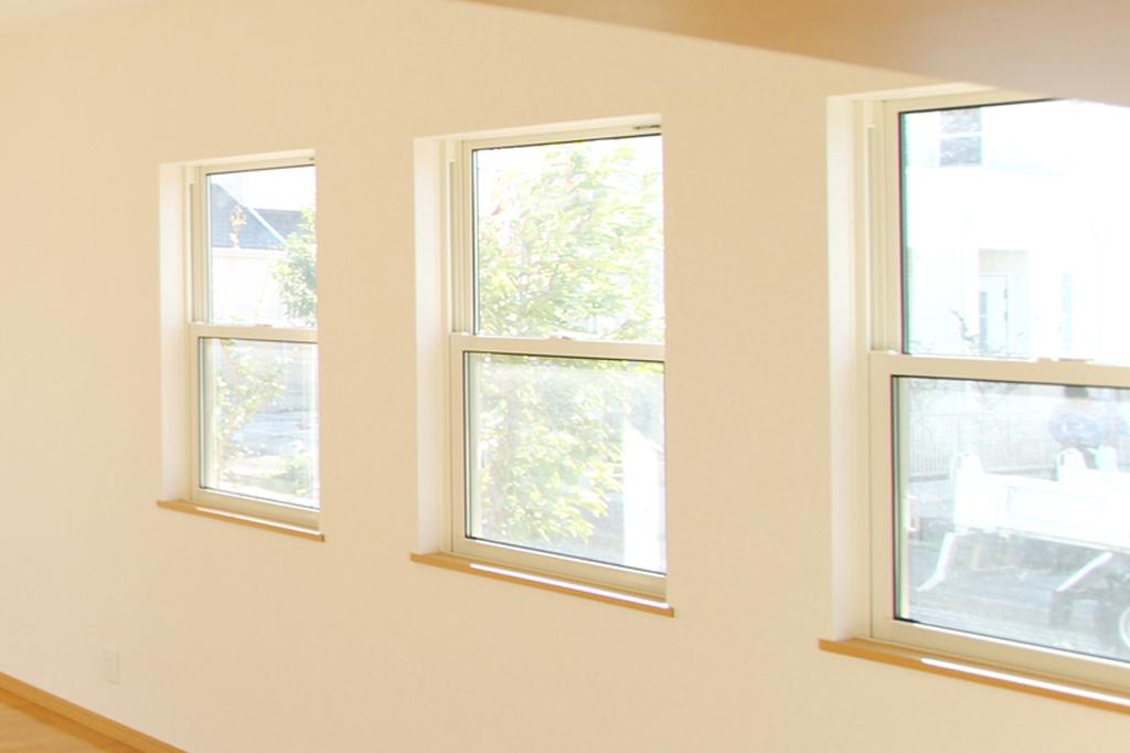 窓は住宅の中でも外からの空気の入れ替えや日光を取り込むことで住環境の快適さに密接に関わってきます。